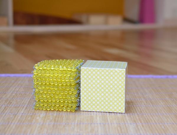 Cube de 1 000 perles et cube en bois