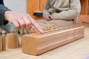 La pédagogie Montessori - présentation des blocs de cylindres